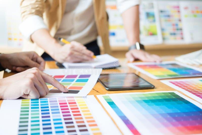 Δημιουργικός γραφικός σχεδιαστής στην εργασία Swatch χρώματος pantone δειγμάτων στοκ φωτογραφία
