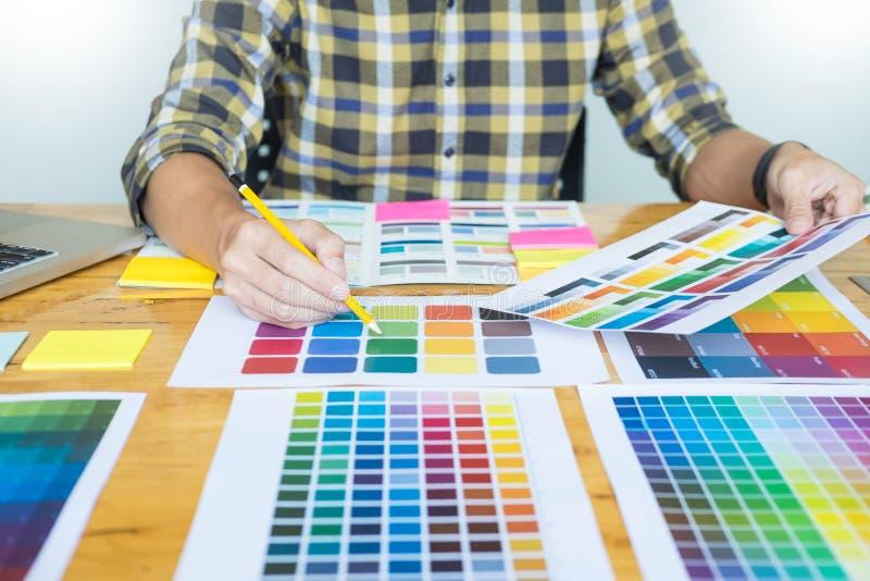 Δημιουργικός γραφικός σχεδιαστής στην εργασία Swatch χρώματος pantone δειγμάτων στοκ φωτογραφία με δικαίωμα ελεύθερης χρήσης