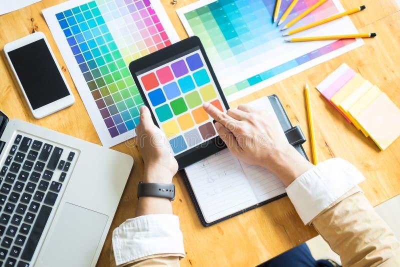 Δημιουργικός γραφικός σχεδιαστής στην εργασία Swatch χρώματος pantone δειγμάτων στοκ φωτογραφίες με δικαίωμα ελεύθερης χρήσης