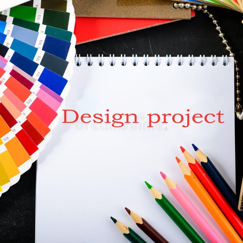 Δημιουργικός επαγγελματικός εργασιακός χώρος σχεδιαστών στο γραφείο Τοπ όψη στοκ φωτογραφία με δικαίωμα ελεύθερης χρήσης