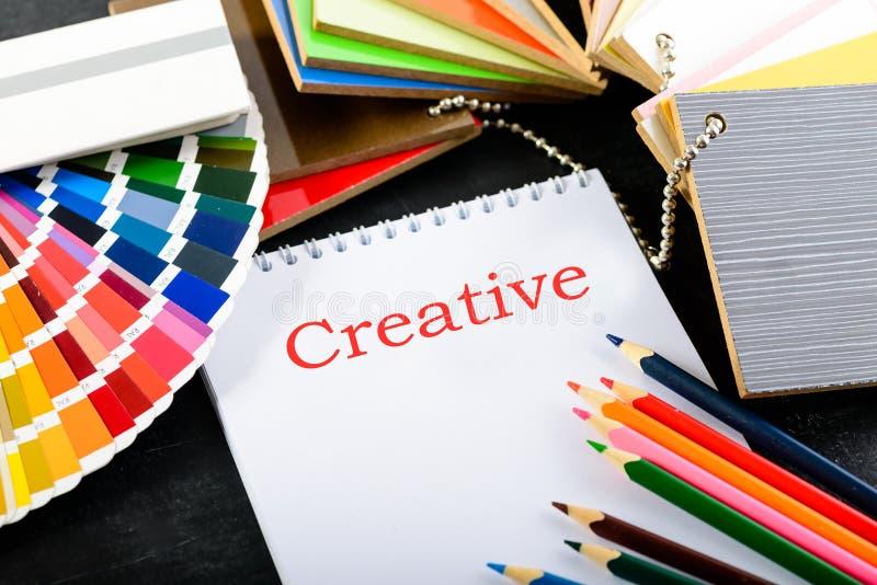 Δημιουργικός επαγγελματικός εργασιακός χώρος σχεδιαστών στο γραφείο Ανοικτός όχι στοκ φωτογραφία