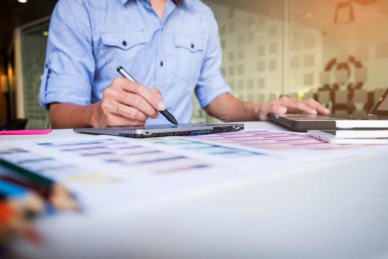 Δημιουργικός επιχειρηματίας ή σχεδιαστής που γράφει στη γραφική ταμπλέτα ενώ στοκ φωτογραφίες