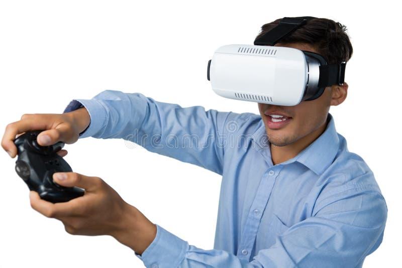 Δημιουργικός επιχειρηματίας που φορά vr τα γυαλιά ενώ τηλεοπτικό παιχνίδι στοκ εικόνα με δικαίωμα ελεύθερης χρήσης