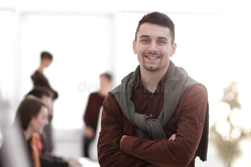 Δημιουργικός επιχειρηματίας στο υπόβαθρο του γραφείου στοκ εικόνες