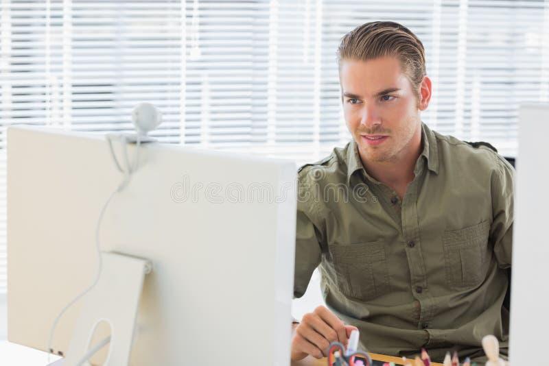 Δημιουργικός επιχειρησιακός υπάλληλος που έχει webcam την τηλεοπτική κλήση στοκ εικόνα με δικαίωμα ελεύθερης χρήσης