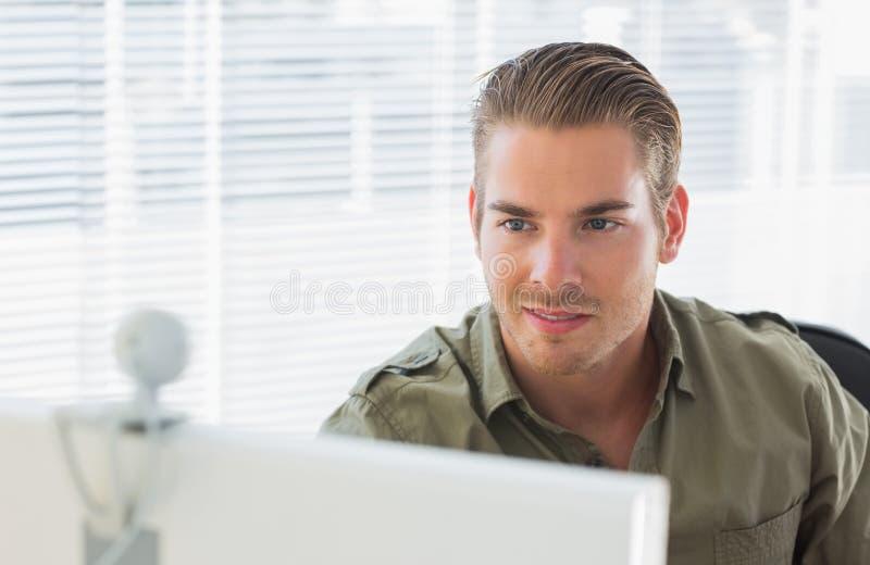 Δημιουργικός επιχειρησιακός υπάλληλος που χαμογελά κατά τη διάρκεια μιας τηλεοπτικής κλήσης στοκ φωτογραφίες