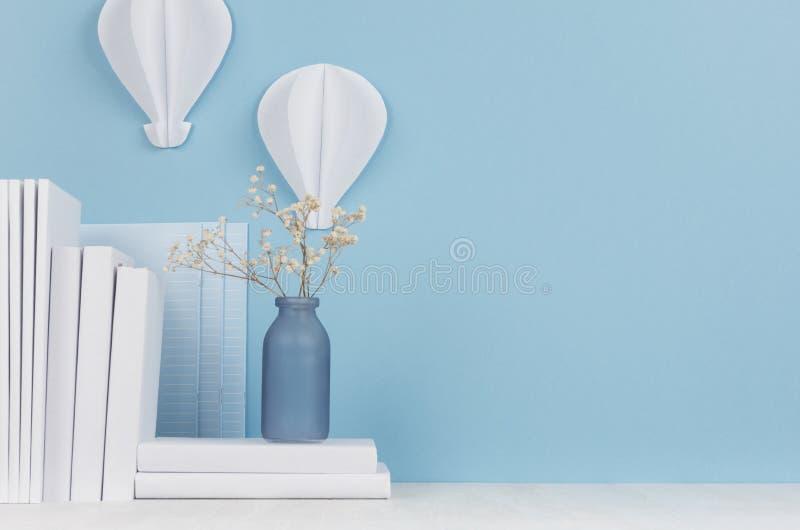 Δημιουργικός εργασιακός χώρος για τους σχεδιαστές και τους σπουδαστές - άσπρο origami μπαλονιών ζεστού αέρα χαρτικών και εγγράφου στοκ εικόνα