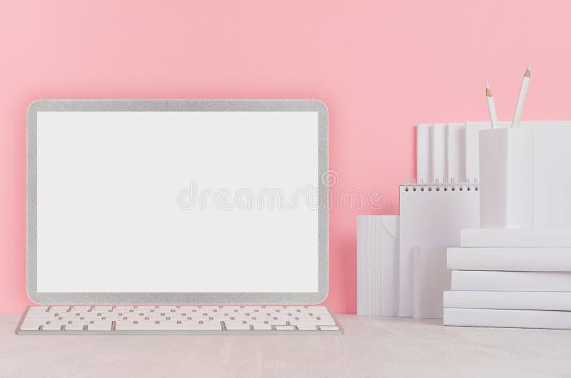 Δημιουργικός εργασιακός χώρος για τους σχεδιαστές και τους σπουδαστές - άσπρα χαρτικά γραφείων, κενοί φορητός υπολογιστής και bal στοκ εικόνα