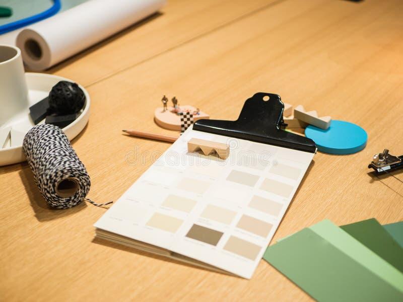 Δημιουργικός εργασιακός χώρος: Γραφείο με τις διαφορετικές προμήθειες για το εσωτερικό AR στοκ φωτογραφία με δικαίωμα ελεύθερης χρήσης