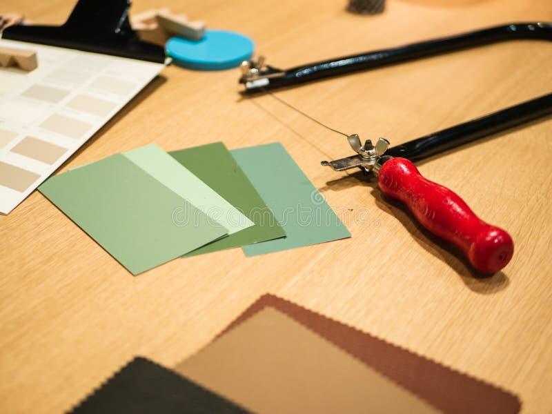 Δημιουργικός εργασιακός χώρος: Γραφείο με τις διαφορετικές προμήθειες για το εσωτερικό AR στοκ εικόνα
