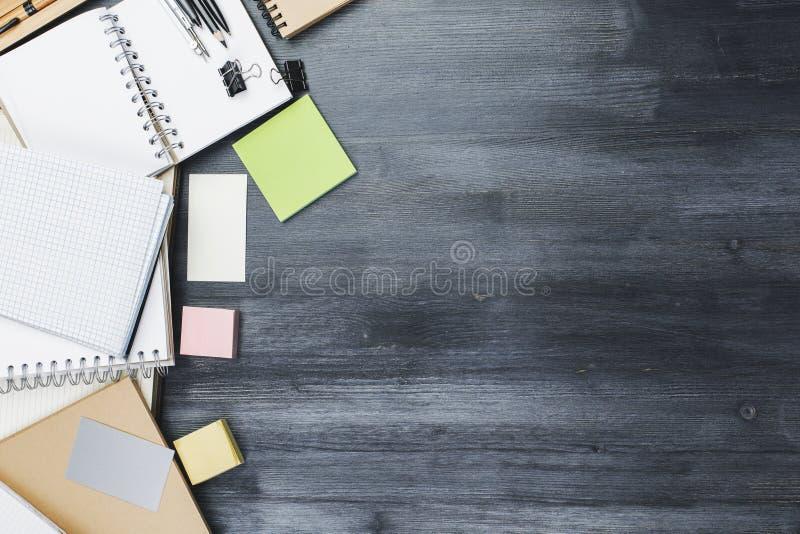 Δημιουργικός εργασιακός χώρος γραφείων με τις προμήθειες στοκ εικόνες