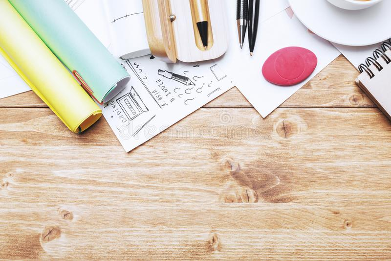 Δημιουργικός εργασιακός χώρος με τα αντικείμενα στοκ εικόνα