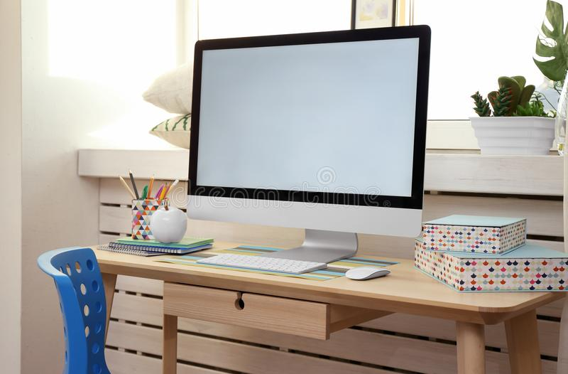 Δημιουργικός εργασιακός χώρος με το όργανο ελέγχου windowsill πλησίον στοκ εικόνες