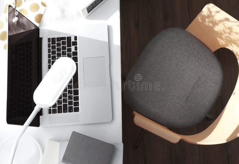 Δημιουργικός εργασιακός χώρος με το lap-top στο windowsill στοκ φωτογραφίες