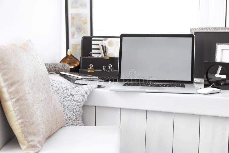 Δημιουργικός εργασιακός χώρος με το lap-top στο windowsill στοκ φωτογραφία