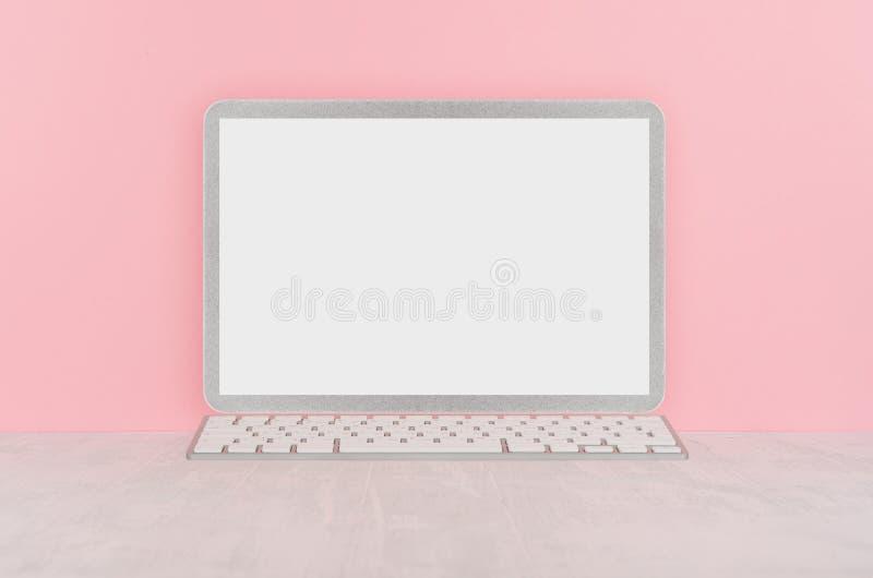 Δημιουργικός εργασιακός χώρος μόδας με τον κενό ασημένιο φορητό υπολογιστή στον άσπρο πίνακα και το μαλακό ανοικτό ροζ υπόβαθρο στοκ φωτογραφία με δικαίωμα ελεύθερης χρήσης