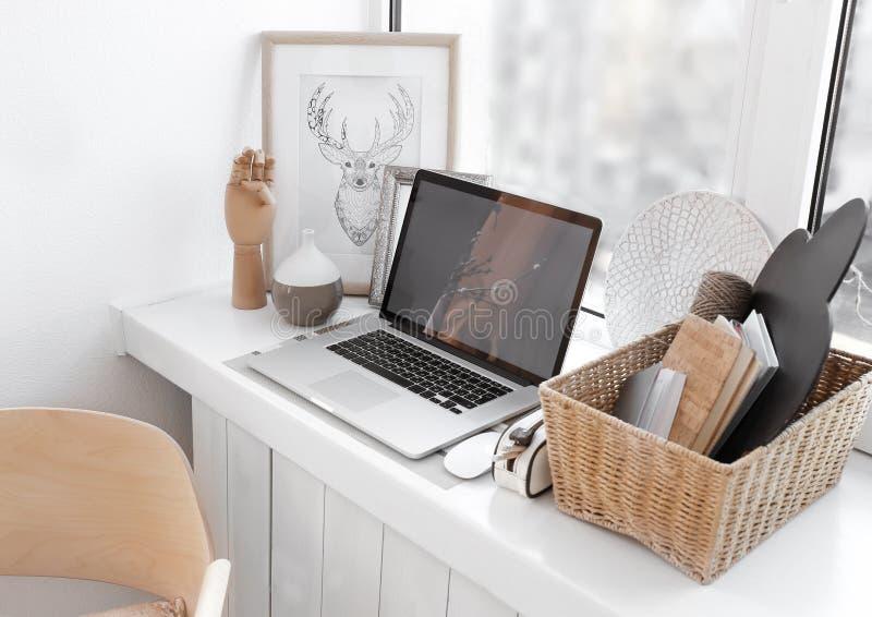 Δημιουργικός εργασιακός χώρος στο windowsill στοκ εικόνα με δικαίωμα ελεύθερης χρήσης