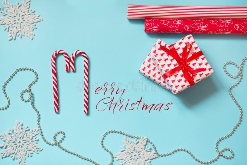 Δημιουργικός εργασιακός χώρος Χριστουγέννων με το δώρο, snowflakes κόκκινο τυλίγοντας έγγραφο στο μπλε διάστημα αντιγράφων πρόσθε στοκ εικόνα με δικαίωμα ελεύθερης χρήσης