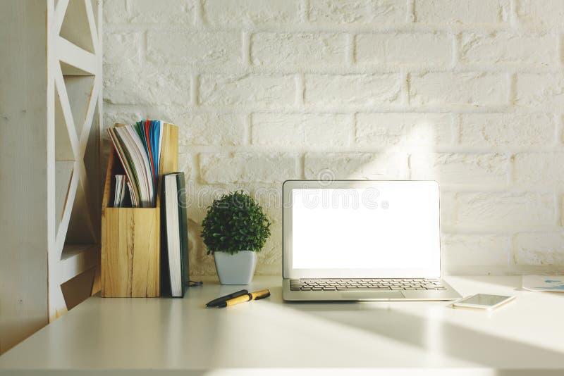 Δημιουργικός εργασιακός χώρος hipster με το άσπρο lap-top στοκ εικόνες