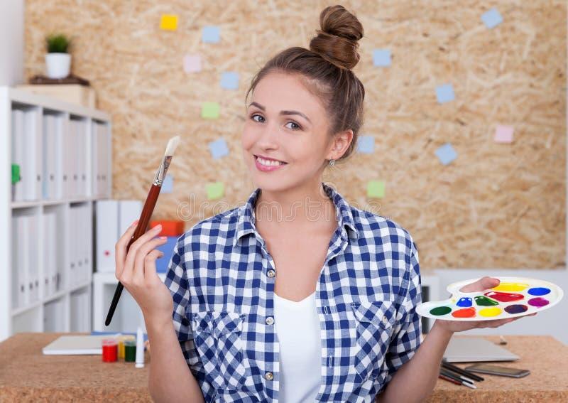 Δημιουργικός ζωγράφος γυναικών στοκ φωτογραφία