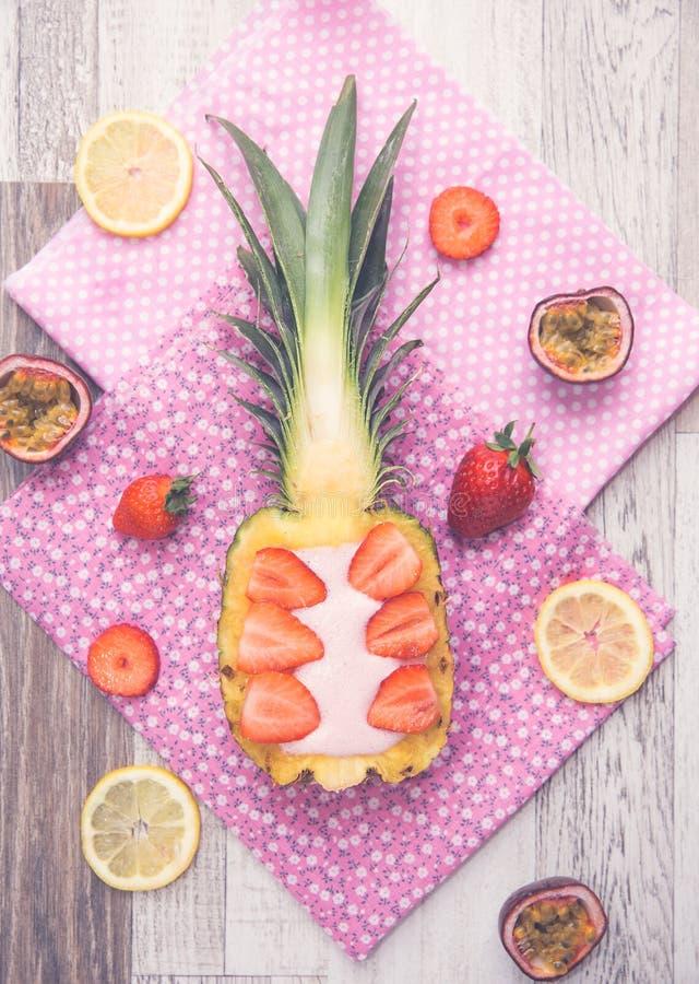 Δημιουργικός καταφερτζής ανανά και φραουλών στοκ φωτογραφίες με δικαίωμα ελεύθερης χρήσης