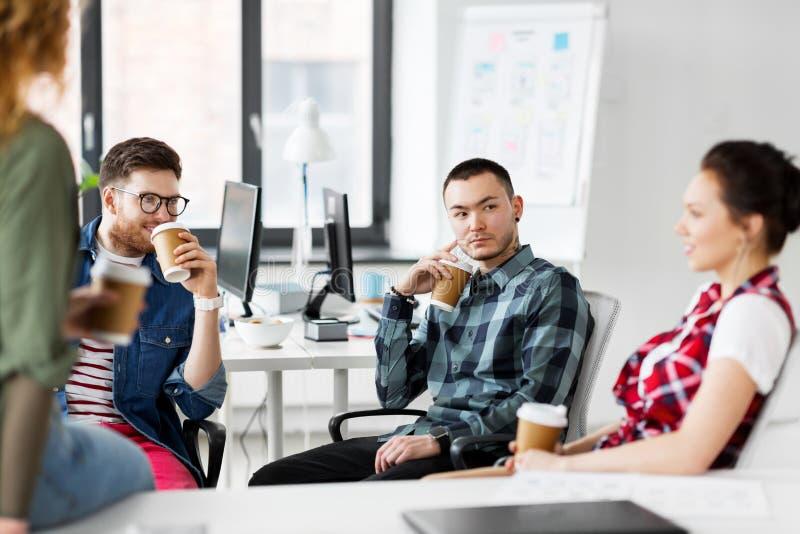 Δημιουργικός καφές κατανάλωσης ομάδων στο γραφείο στοκ εικόνα με δικαίωμα ελεύθερης χρήσης