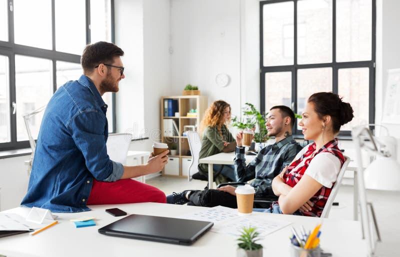 Δημιουργικός καφές κατανάλωσης ομάδων στο γραφείο στοκ φωτογραφία με δικαίωμα ελεύθερης χρήσης