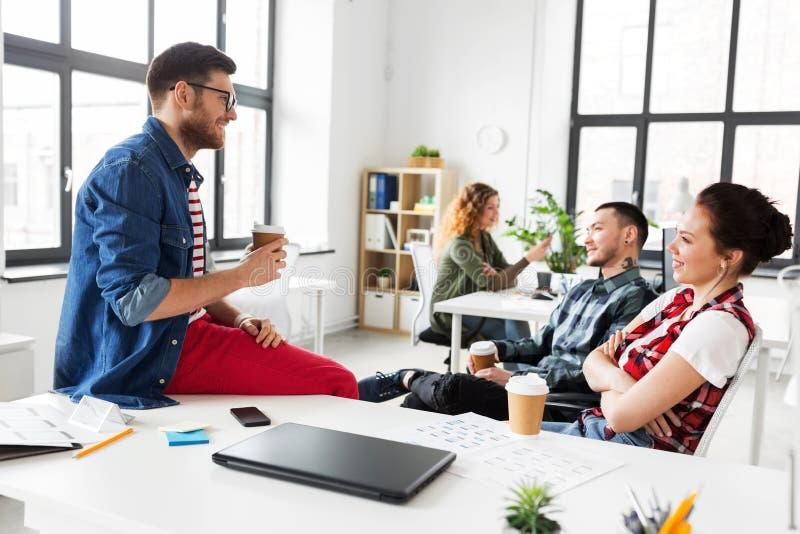 Δημιουργικός καφές κατανάλωσης ομάδων στο γραφείο στοκ εικόνες με δικαίωμα ελεύθερης χρήσης