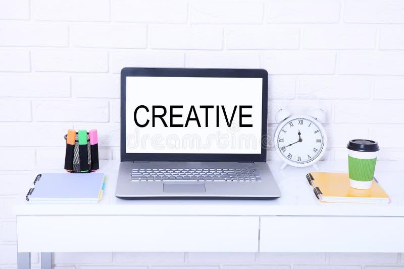 δημιουργικός Κείμενο στο όργανο ελέγχου Σύγχρονος εργασιακός χώρος με τον υπολογιστή, το φλιτζάνι του καφέ και το ρολόι Χλεύη επά στοκ εικόνες