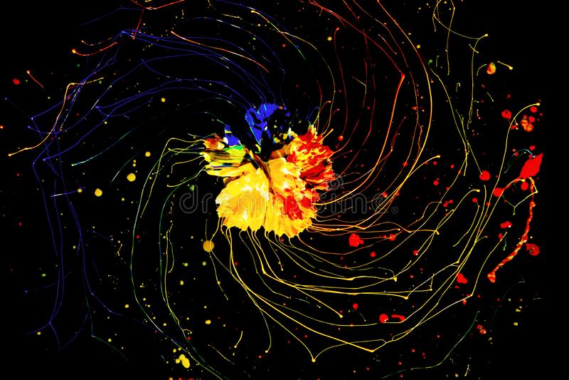 Δημιουργικός κύκλος χρώματος, σπειροειδές σχέδιο του ακρυλικού πόνου με ένα λουλούδι στο centert, αφηρημένο υπόβαθρο στο Μαύρο στοκ εικόνες