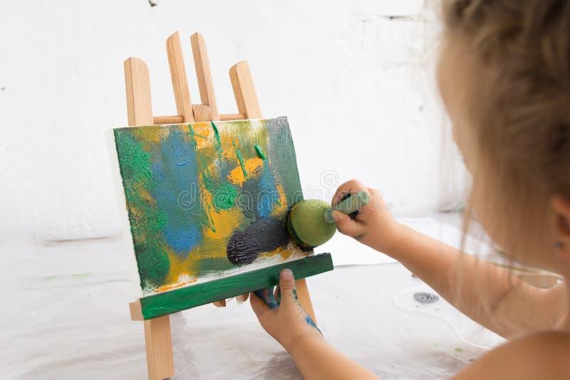 Δημιουργικός λίγος ζωγράφος στο στούντιο τέχνης στοκ εικόνα με δικαίωμα ελεύθερης χρήσης