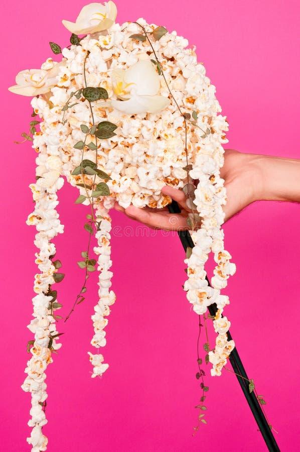Δημιουργικός με popcorn στοκ εικόνες