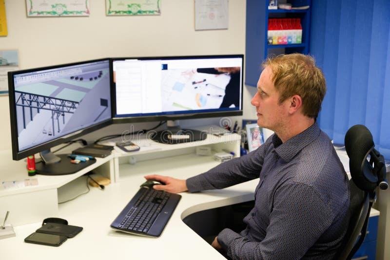 Δημιουργικός μηχανικός που εργάζεται μπροστά από το όργανο ελέγχου στοκ φωτογραφία με δικαίωμα ελεύθερης χρήσης