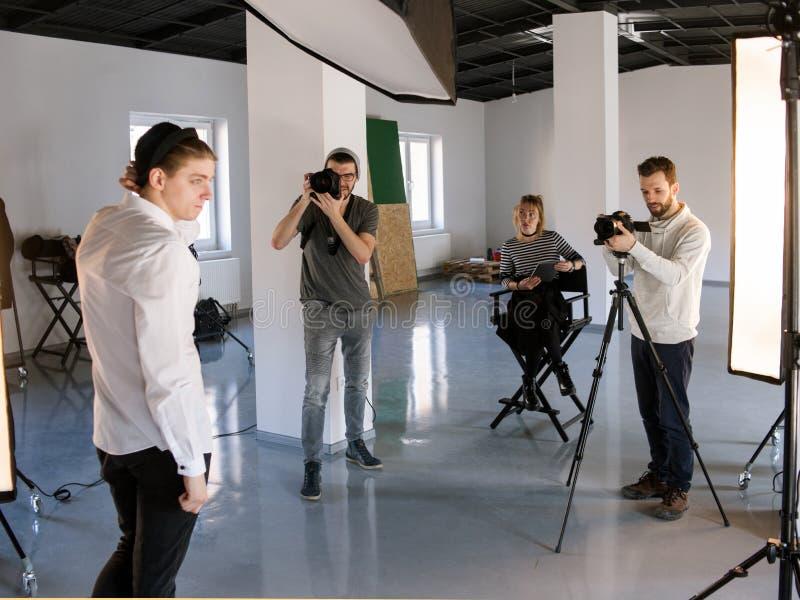 Δημιουργικός πυροβολισμός ομάδων στο στούντιο στοκ εικόνες