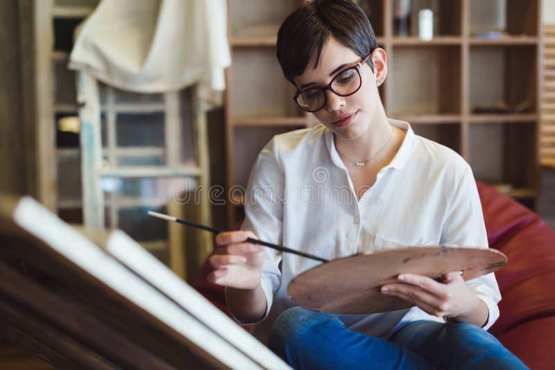 Δημιουργικός σκεπτικός σχολικός ζωγράφος τέχνης που εργάζεται στη ζωγραφική στοκ εικόνες με δικαίωμα ελεύθερης χρήσης