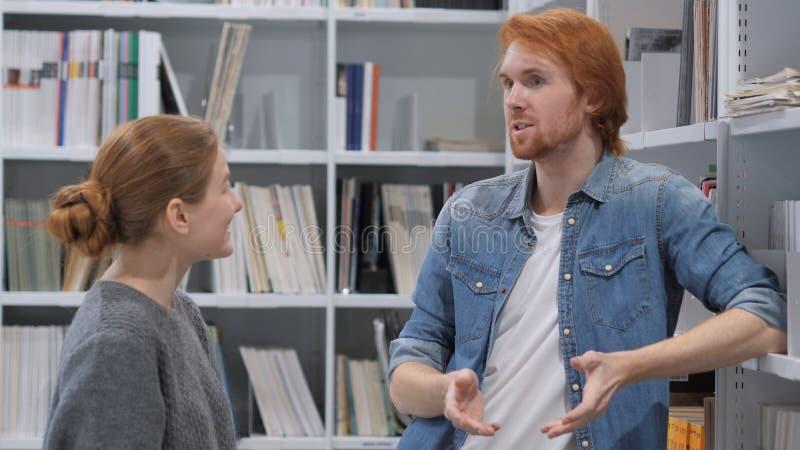 Δημιουργικός σοφός άνδρας που συζητά την ιδέα με τη νέα γυναίκα στην εργασία στοκ φωτογραφίες με δικαίωμα ελεύθερης χρήσης
