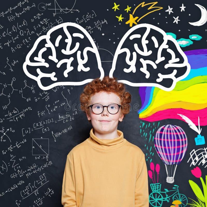 Δημιουργικός σπουδαστής παιδιών στο κλίμα πινάκων κιμωλίας με το σχέδιο επιστήμης και τέχνης στοκ εικόνες