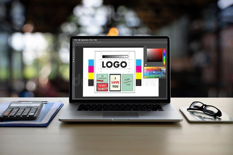 Δημιουργικός σχεδιαστής γραφικός στην εργασία , Γραφικός σχεδιαστής εικονογράφων που απασχολείται στα ψηφιακά swatch χρώματος ταμ στοκ φωτογραφία με δικαίωμα ελεύθερης χρήσης