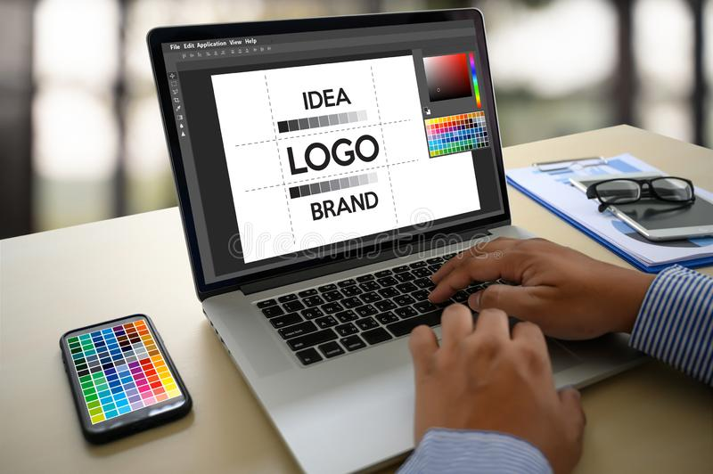 Δημιουργικός σχεδιαστής γραφικός στην εργασία , Γραφικός σχεδιαστής εικονογράφων που απασχολείται στα ψηφιακά swatch χρώματος ταμ στοκ εικόνες με δικαίωμα ελεύθερης χρήσης