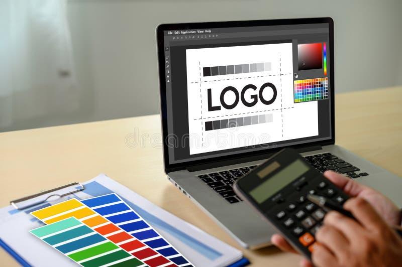 Δημιουργικός σχεδιαστής γραφικός στην εργασία , Γραφικός σχεδιαστής εικονογράφων που απασχολείται στα ψηφιακά swatch χρώματος ταμ στοκ φωτογραφίες με δικαίωμα ελεύθερης χρήσης