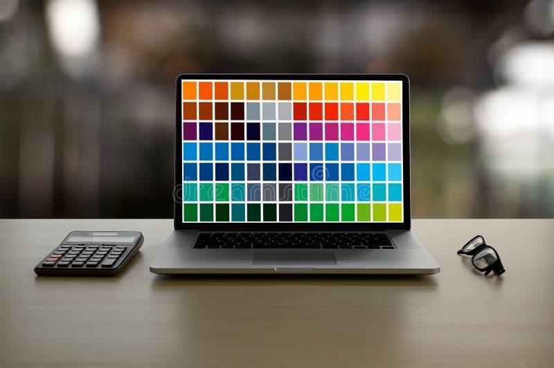 Δημιουργικός σχεδιαστής γραφικός στην εργασία , Γραφικός σχεδιαστής εικονογράφων που απασχολείται στα ψηφιακά swatch χρώματος ταμ στοκ φωτογραφία