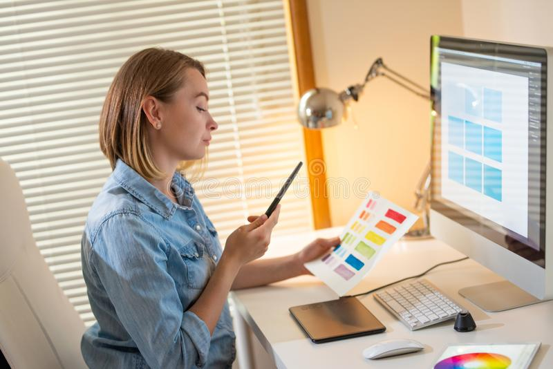 Δημιουργικός σχεδιαστής καλλιτεχνών ανάπτυξη Ιστού εργασία με το χρώμα flane γραφική έννοια ικανότητας εικονογράφων στοκ εικόνες