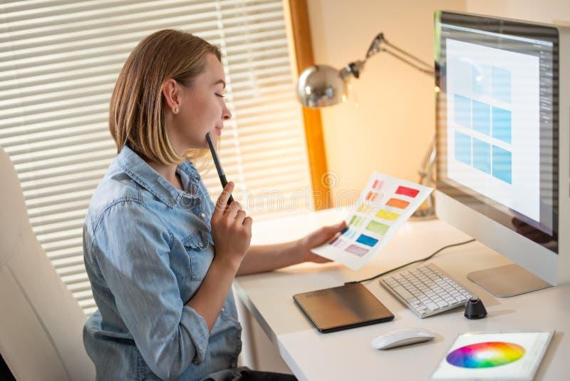 Δημιουργικός σχεδιαστής καλλιτεχνών ανάπτυξη Ιστού εργασία με το χρώμα flane γραφική έννοια ικανότητας εικονογράφων στοκ εικόνες με δικαίωμα ελεύθερης χρήσης