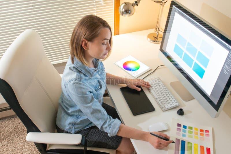Δημιουργικός σχεδιαστής καλλιτεχνών ανάπτυξη Ιστού εργασία με το χρώμα flane γραφική έννοια ικανότητας εικονογράφων στοκ εικόνα με δικαίωμα ελεύθερης χρήσης