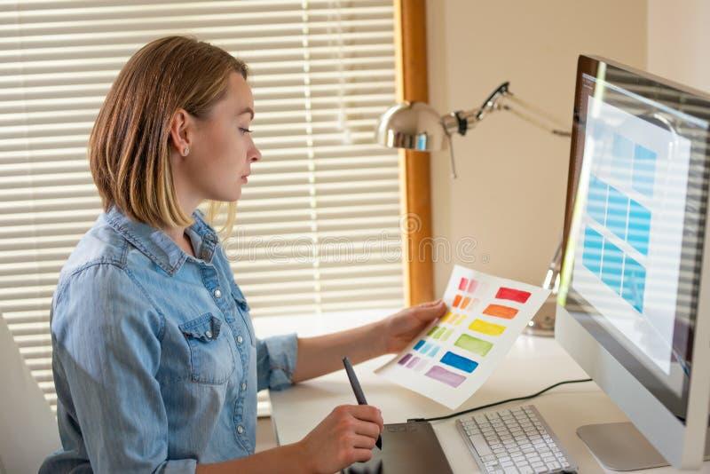 Δημιουργικός σχεδιαστής καλλιτεχνών ανάπτυξη Ιστού εργασία με το χρώμα flane γραφική έννοια ικανότητας εικονογράφων στοκ φωτογραφία με δικαίωμα ελεύθερης χρήσης