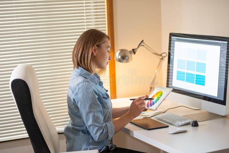 Δημιουργικός σχεδιαστής καλλιτεχνών ανάπτυξη Ιστού εργασία με το χρώμα flane γραφική έννοια ικανότητας εικονογράφων στοκ φωτογραφία