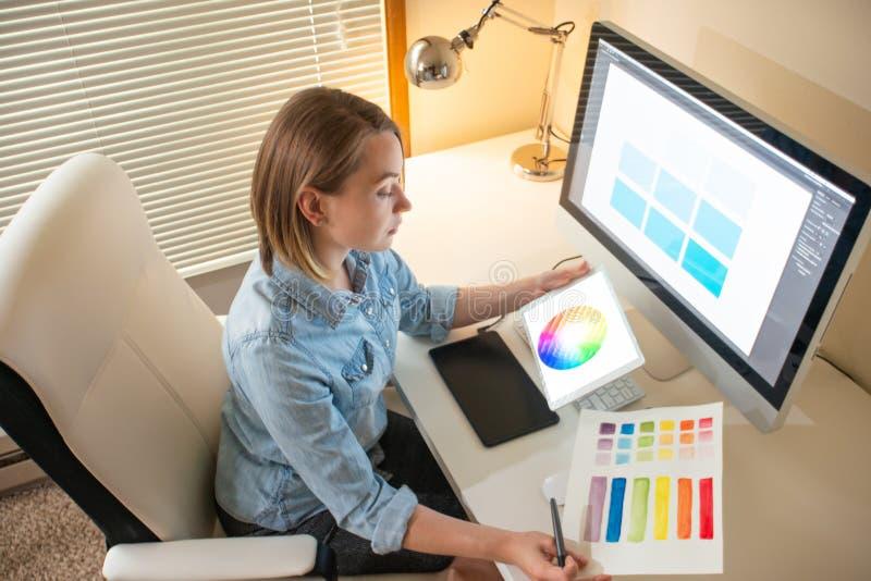 Δημιουργικός σχεδιαστής καλλιτεχνών ανάπτυξη Ιστού εργασία με το χρώμα flane γραφική έννοια ικανότητας εικονογράφων στοκ φωτογραφίες με δικαίωμα ελεύθερης χρήσης