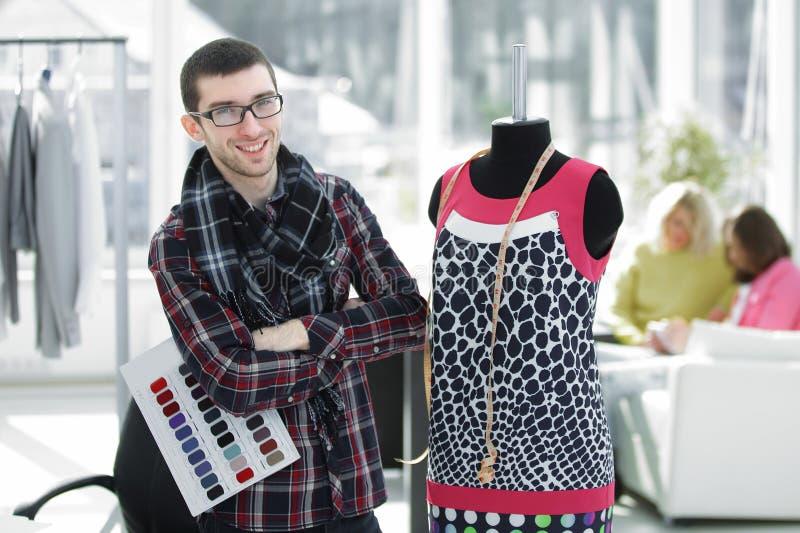Δημιουργικός σχεδιαστής μόδας που στέκεται στο στούντιό του στοκ φωτογραφίες με δικαίωμα ελεύθερης χρήσης