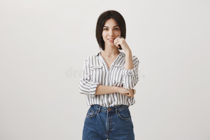 Δημιουργικός σχεδιαστής που αποτελεί τις νέες ιδέες Ελκυστική γυναίκα με την κοντή σκοτεινή τρίχα στη μοντέρνη ριγωτή μπλούζα που στοκ φωτογραφίες