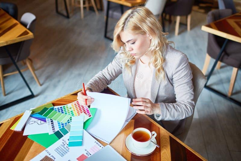 Δημιουργικός σχεδιαστής που εργάζεται από τον καφέ στοκ φωτογραφίες με δικαίωμα ελεύθερης χρήσης